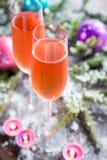 Deux verres de champagne avec la branche d'arbre de Noël Image libre de droits