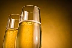 Deux verres de champagne avec les bulles d'or Photographie stock libre de droits