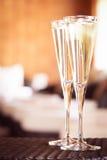 Deux verres de champagne dans un salon de station thermale Concept de temps de station thermale Station thermale Image libre de droits