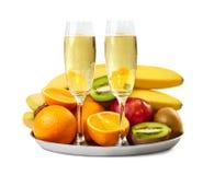 Deux verres de champagne et plat mûr de fruits Photo libre de droits