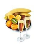 Deux verres de champagne et plat mûr de fruits Photographie stock libre de droits