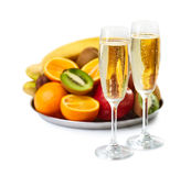 Deux verres de champagne et plat mûr de fruits Photo stock