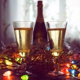 Deux verres de champagne grillant contre image libre de droits