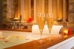 Deux verres de champagne près de jacuzzi Photos stock