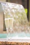 Deux verres de champagne près de jacuzzi extérieur Photographie stock