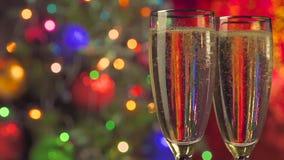 Deux verres de champagne prêts pour Noël banque de vidéos