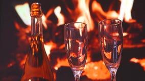 Deux verres de champagne de scintillement devant la cheminée chaude C Noël, collection, jour de valentines clips vidéos