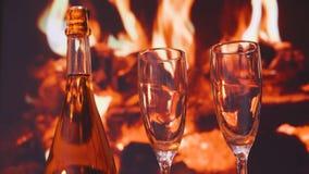 Deux verres de champagne de scintillement devant la cheminée chaude Rose rouge clips vidéos