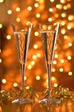 Deux verres de champagne sur le fond de bokeh. image stock