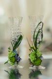 Deux verres de champagne sur le fond du bouquet de mariage des roses roses Foyer mou, foyer sélectif image libre de droits