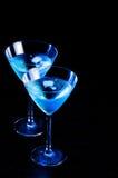 Deux verres de cocktail bleu frais avec de la glace sur la table en bois Photos libres de droits