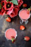 Deux verres de cocktail de fraise Photographie stock libre de droits