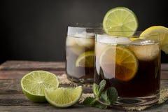 Deux verres de cocktail du Cuba Libre photos libres de droits