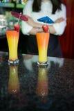 Deux verres de cocktail prêts à servir sur le compteur de barre photo libre de droits