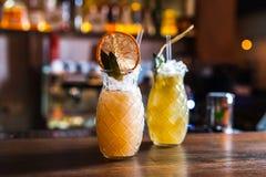 Deux verres de cocktails avec les oranges sèches dans la barre Photos libres de droits