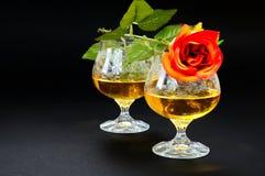 Deux verres de cognac avec la rose de rouge Image libre de droits