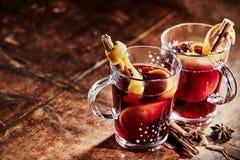 Deux verres de Gluhwein épicé chaud pour Noël images libres de droits
