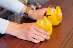 Deux verres de jus d'orange Image stock
