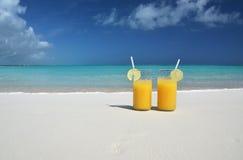 Deux verres de jus d'orange Photos stock