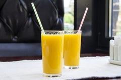 Deux verres de jus d'orange Concept sain de boissons Photos libres de droits