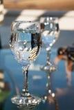 Deux verres de l'eau et de beaucoup de réflexions Photo libre de droits
