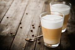 Deux verres de latte image stock