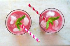 Deux verres de limonade rose, vue aérienne sur le marbre Images libres de droits