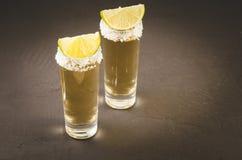 Deux verres de tequila et morceaux de verres de /two de chaux de tequil images libres de droits