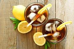 Deux verres de thé glacé, vue aérienne sur le bois Photos libres de droits