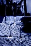 Deux verres de vin à la nuance bleue image stock