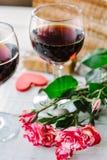 Deux verres de vin avec amour de coeur et de lettres Image stock