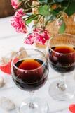 Deux verres de vin avec amour de coeur et de lettres Photographie stock libre de droits
