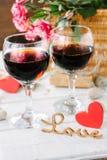 Deux verres de vin avec amour de coeur et de lettres Photo libre de droits