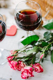 Deux verres de vin avec amour de coeur et de lettres Photographie stock
