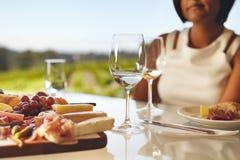 Deux verres de vin blanc au restaurant d'établissement vinicole Images libres de droits