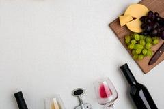 Deux verres de vin blanc et rouge, de fromage et de raisins Vue supérieure Photo stock