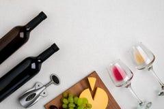 Deux verres de vin blanc et rouge, de fromage et de raisins Vue supérieure Photos libres de droits