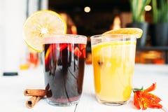 Deux verres de vin chaud chaud sur la table de restaurant photos libres de droits