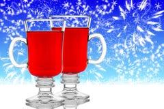 Deux verres de vin chaud sur le fond bleu Image stock