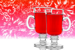 Deux verres de vin chaud sur le fond rouge Photographie stock