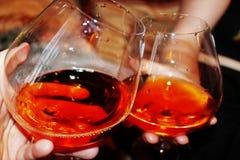 Deux verres de vin dans des ses mains Photographie stock
