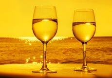 Deux verres de vin en soleil images stock