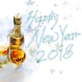 Deux verres de vin et d'un champagne de bouteille, pendant la nouvelle année Image stock