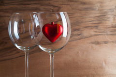 Deux verres de vin et de coeur rouge Image libre de droits