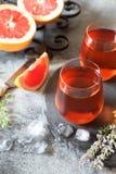 Deux verres de vin rosé et de fruits de pamplemousse Photos libres de droits