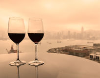 Deux verres de vin rouge avec la vue de ville Images libres de droits