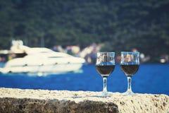 Deux verres de vin rouge contre la mer Photo libre de droits