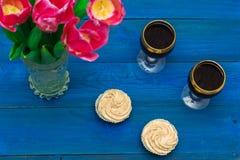 Deux verres de vin rouge et de tulipes Image stock