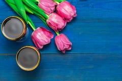 Deux verres de vin rouge et de tulipes Photographie stock libre de droits