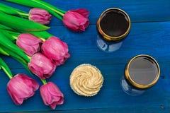 Deux verres de vin rouge et de tulipes Images stock